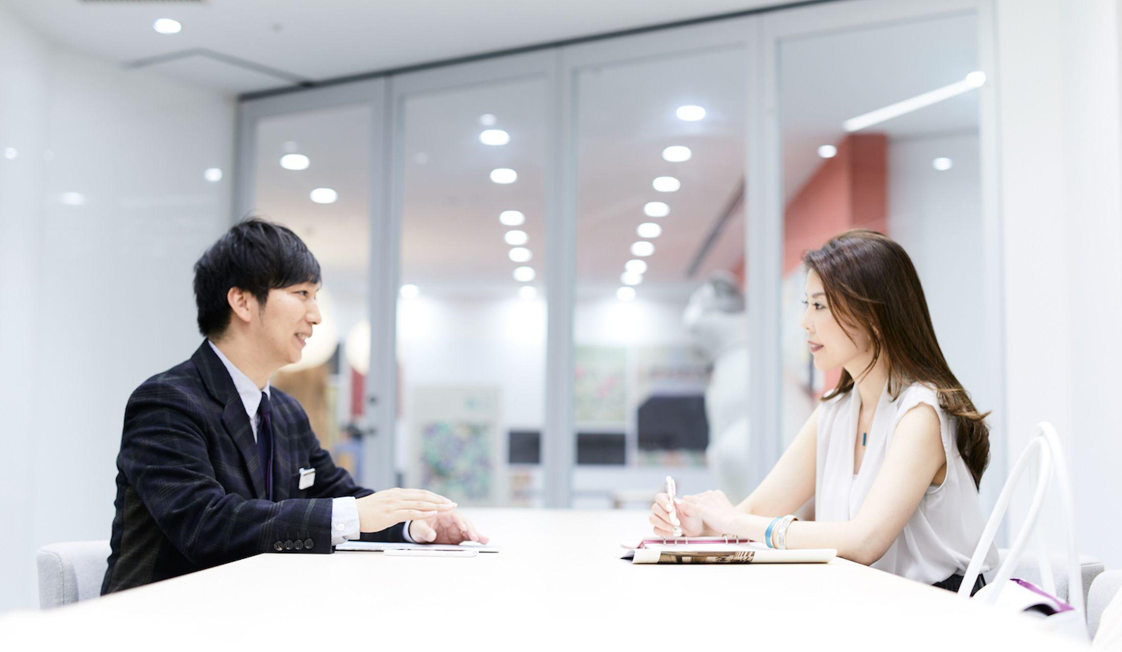 日本橋三越本店で打ち合わせをする男女