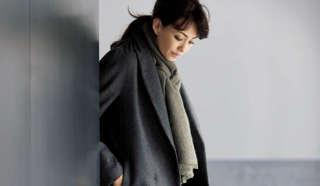 グレー系コートに身を包んだモデルRINA