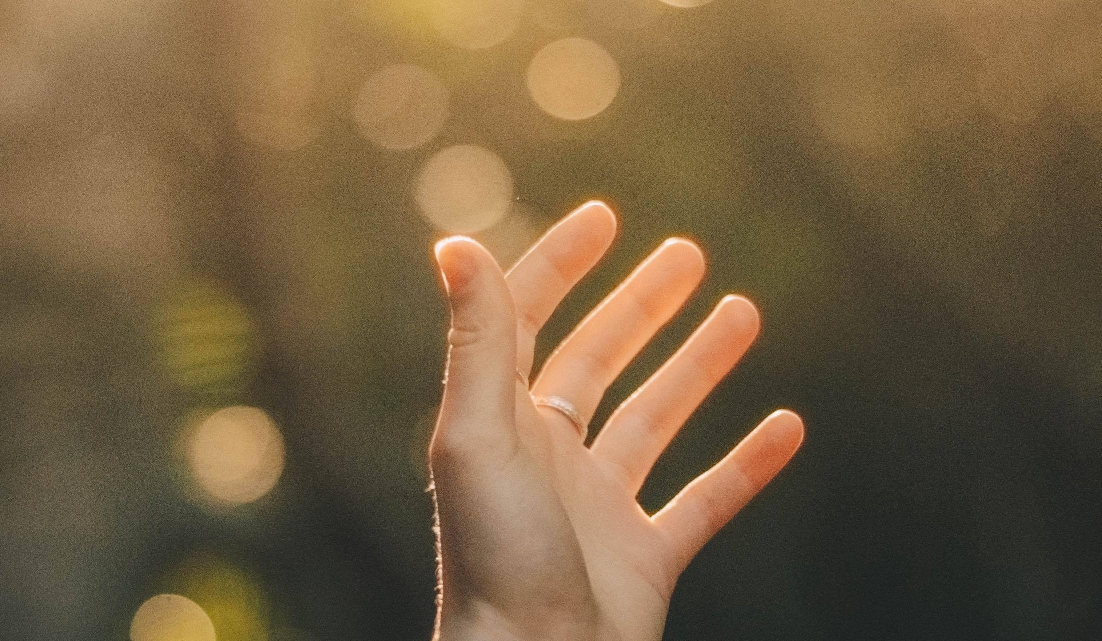 キラキラ輝いている明かりと手
