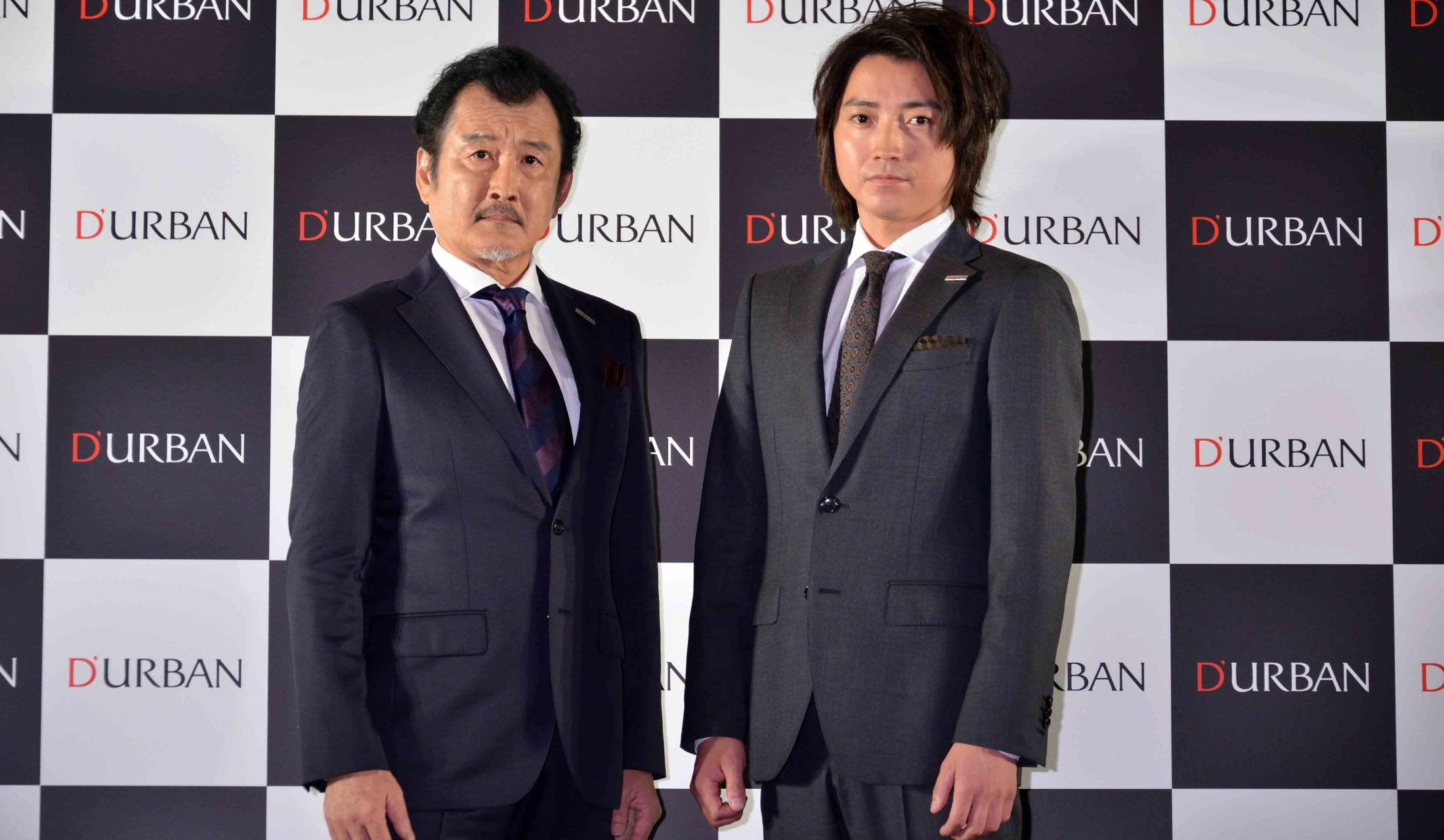 ダーバンのスーツを着ている藤原竜也と吉田鋼太郎
