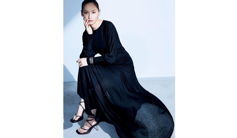黒いドレスにバングルを身につけた大政絢さん