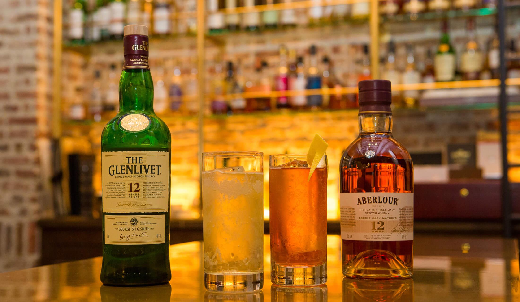 12年のグレンリベットのボトルと12年のアベラワーのボトルの間に、それぞれのウイスキーで作られたハイボールが2つ置かれている
