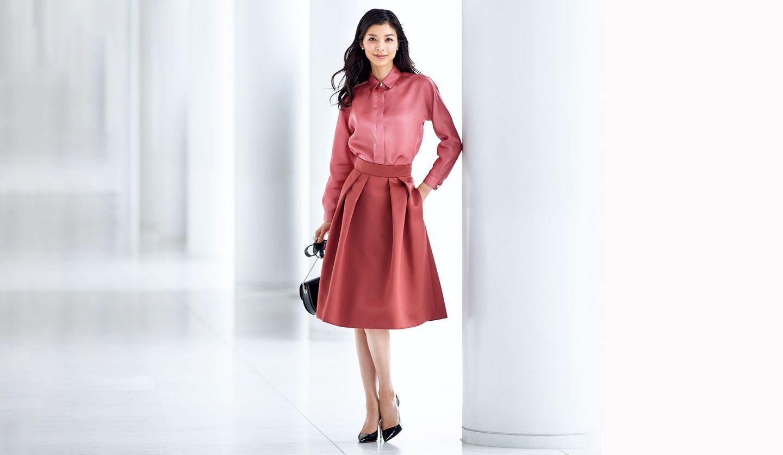 ジョルジオ アルマーニのローズブラウス&スカートを着用しているモデルの生方ななえさん