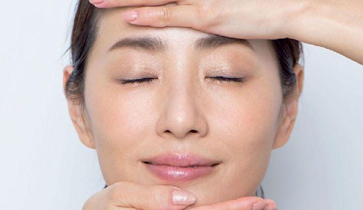 化粧水をなじませている女性