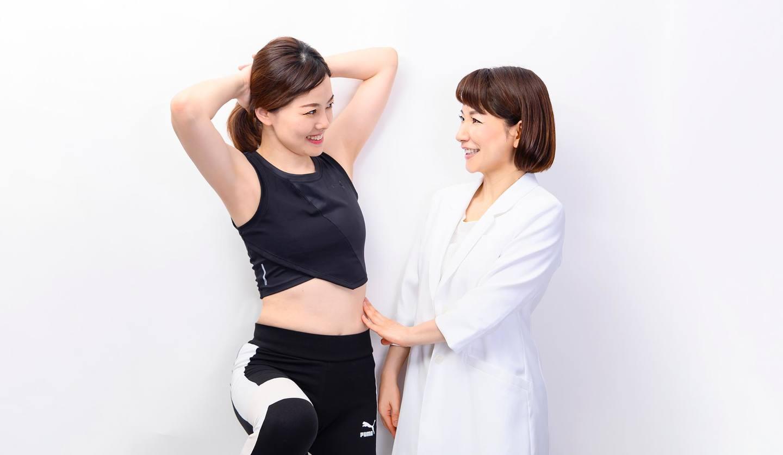 向かい合っている二人の女性 トレーニングの指導をしている