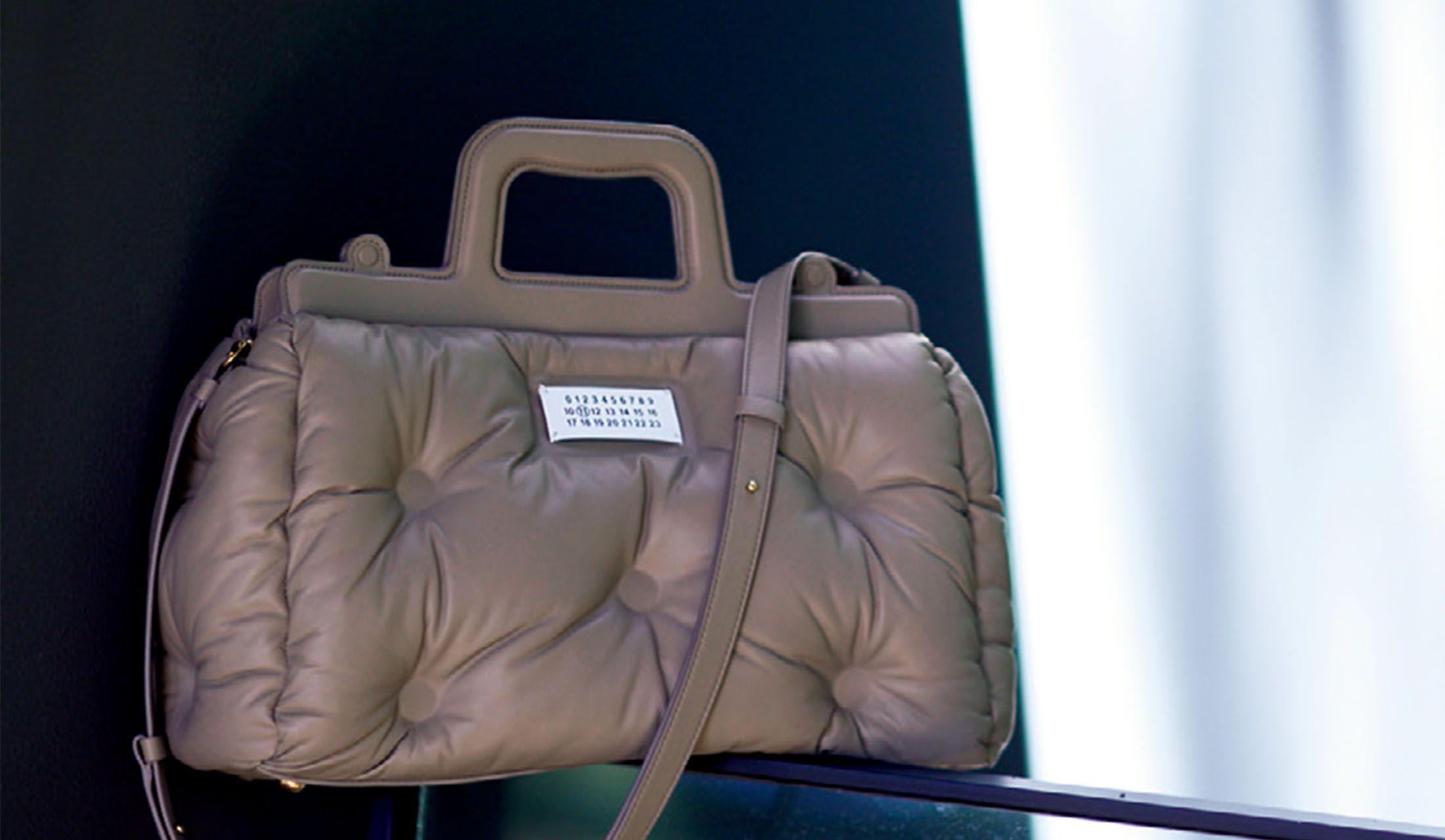 メゾン マルジェラの「休日グレージュ」を最高に輝かせるバッグ「グラム スラム」
