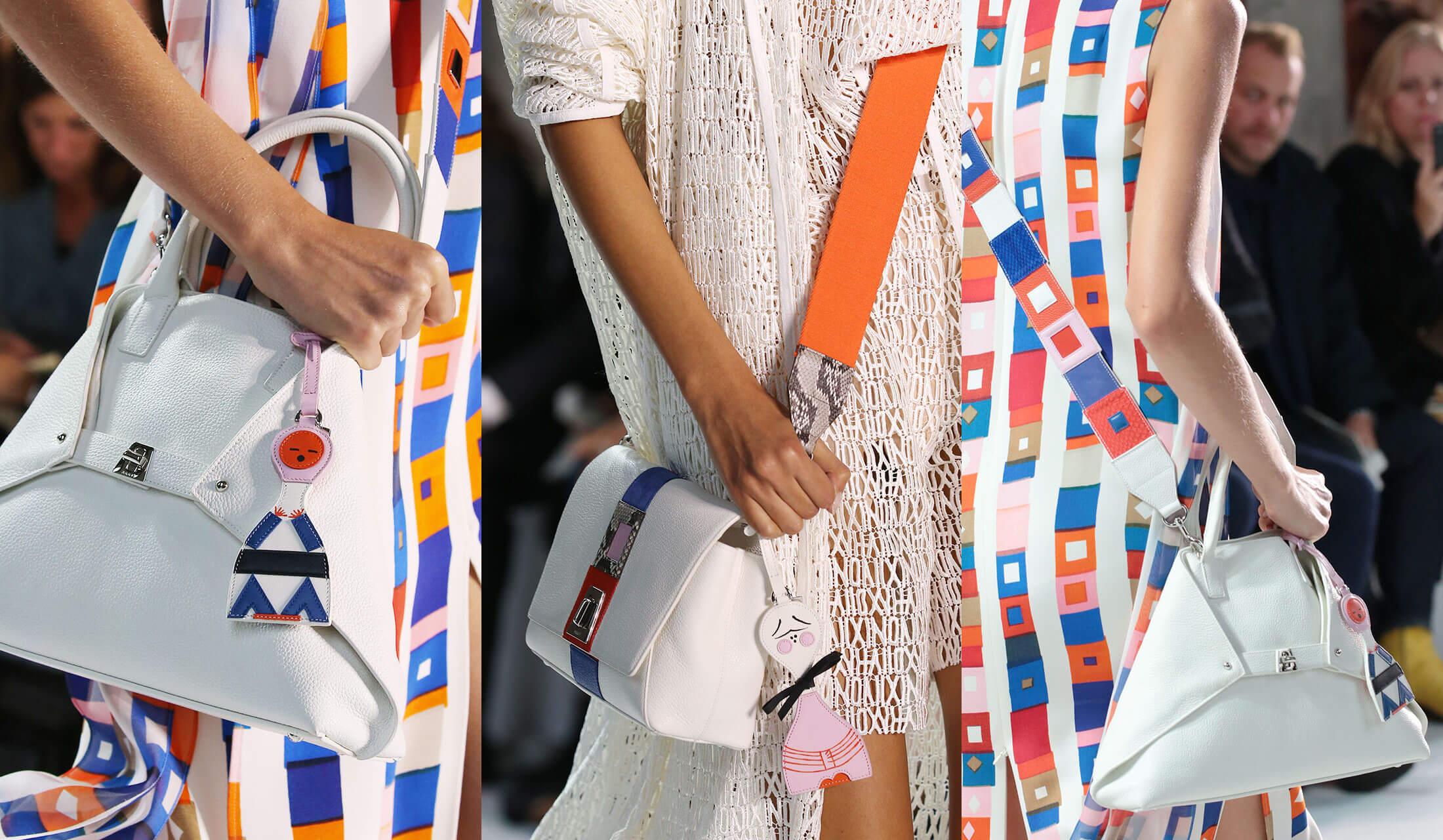 アクリス(AKRIS)のバッグ「アイ スモール メッセンジャー」にチャームやストラップをつけているランウェイ