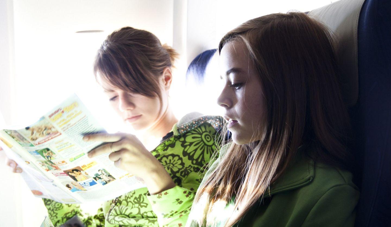 飛行機に乗る女性の写真