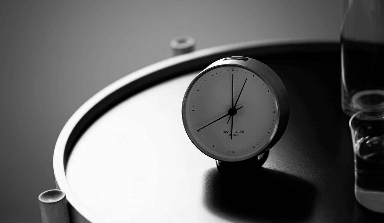 朝の時間帯を指す時計