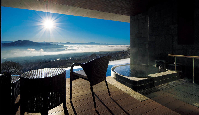 赤倉観光ホテルの部屋の露天風呂から眺める雲海から昇る朝日