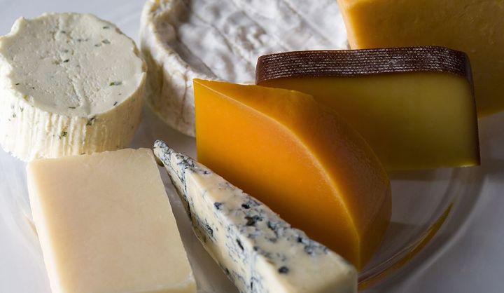 高級チーズをギフトに贈るときの選び方は?チーズの種類や、高級チーズ&ワインセット、チーズケーキのおすすめごをご紹介!