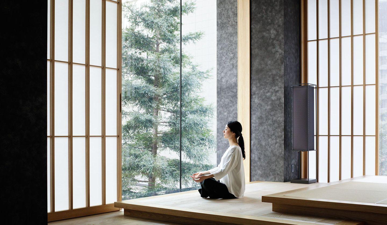 星のや東京のスパプログラム「深呼吸養生」のモデルが瞑想するイメージカット