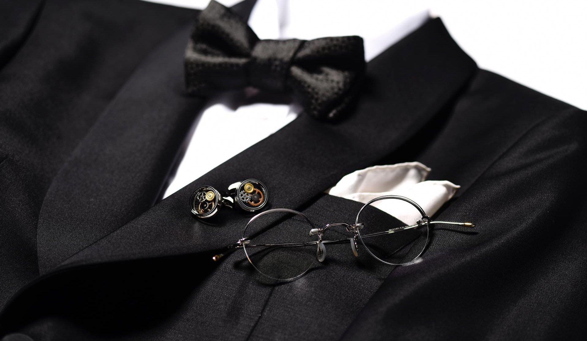 ギーヴス&ホークスのタキシード、ターンブル&アッサーのシャツとチーフ、シャルべのボウタイ、10 アイヴァンの眼鏡、タテオシアンのカフリンクス