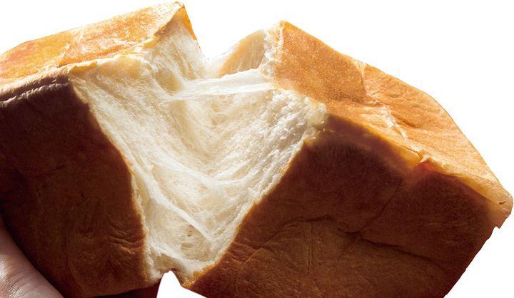 「朝起きたら君がいた」の食パンをちぎっている画像