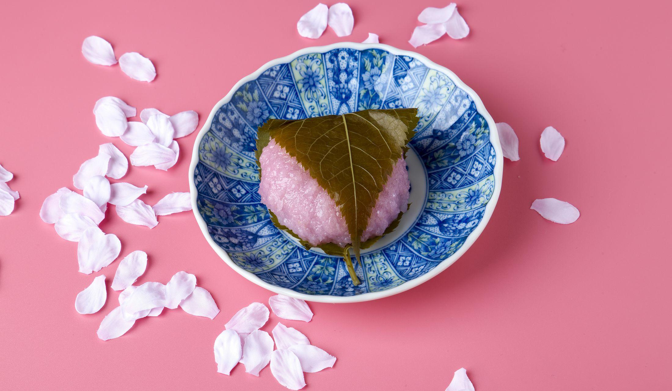 目から春を感じさせてくれる桜餅