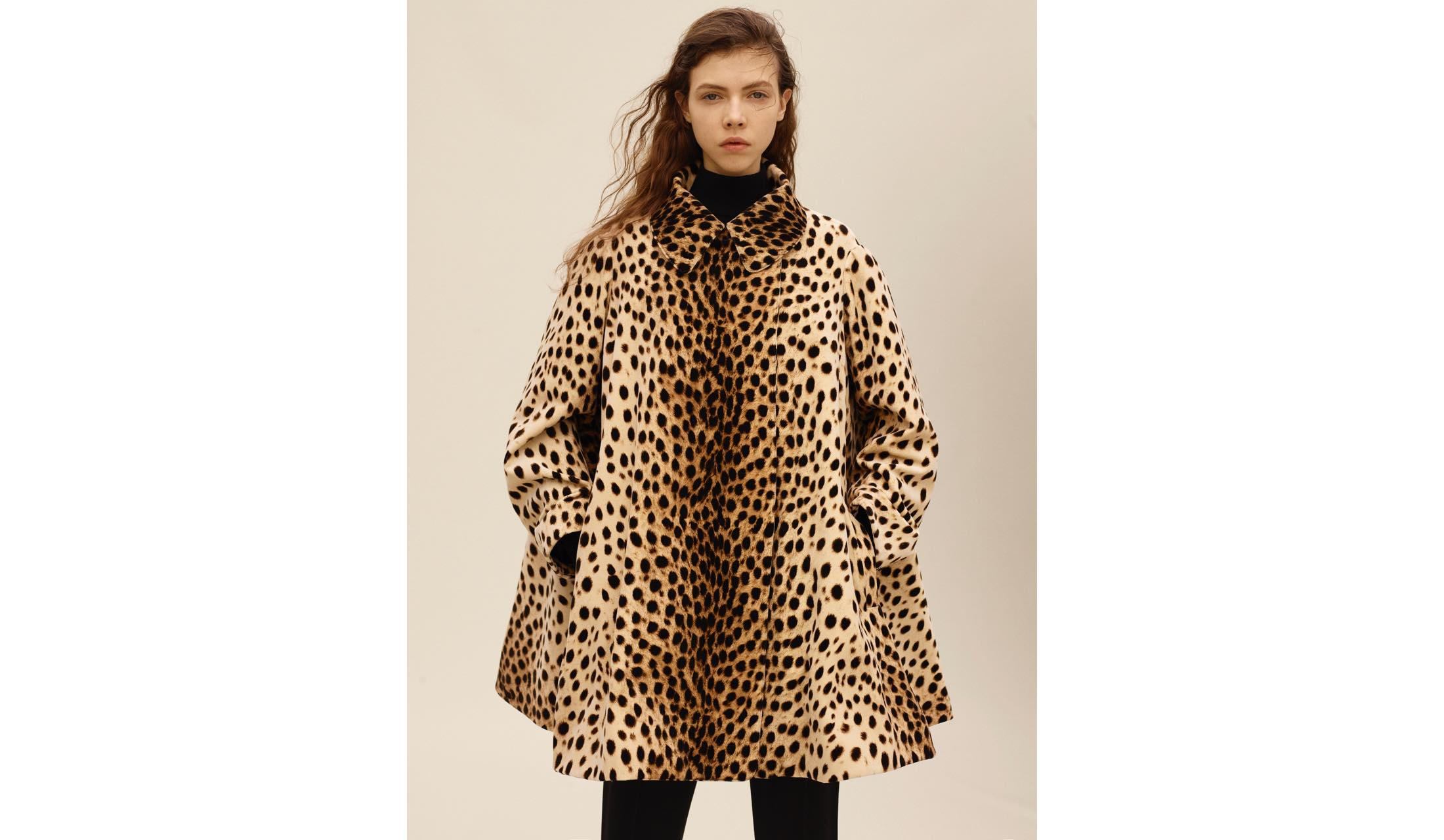アライアのレオパード柄コートを着たモデル
