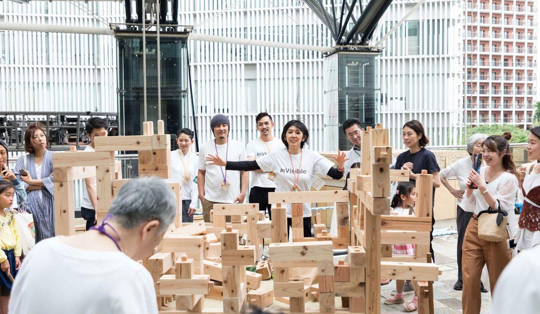 森ビルが主催したまちと美術館をつなぐ「紡木(つむき)プロジェクト」の様子、真ん中に菊池宏子さん
