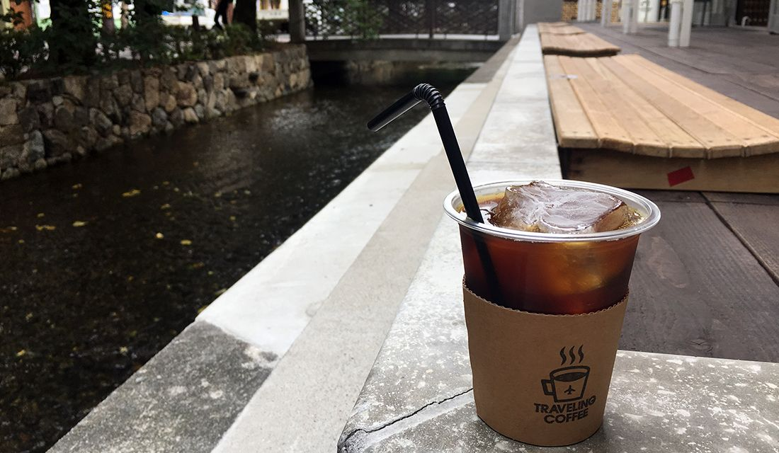 元小学校の校庭に建つ、期間限定コーヒーショップ「TRAVELLING COFFEE(トラベリング コーヒー)」の高瀬川沿いのテラス