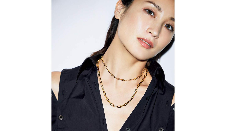 カルティエの金のチェーンネックレスをつけたモデル