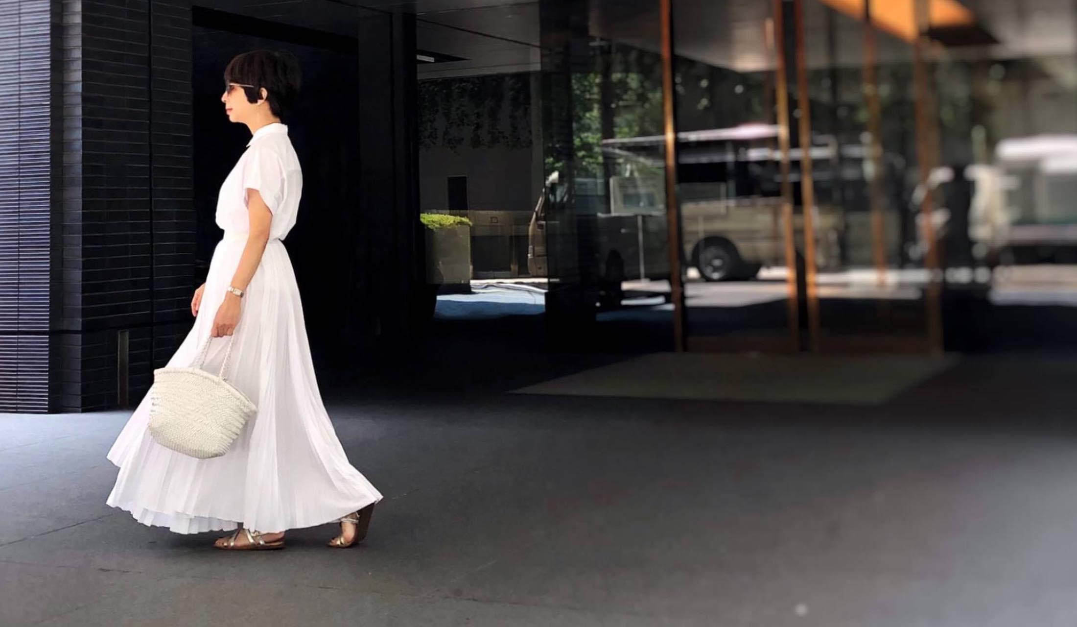 白ブラウスに白マキシスカートのコーディネート