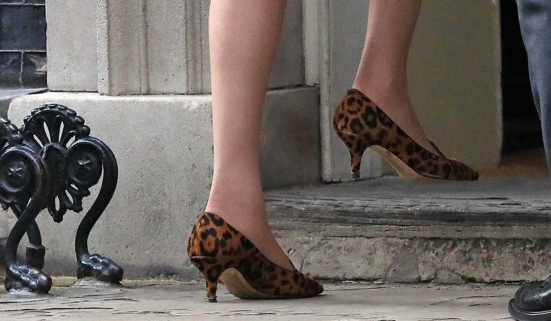 ヒョウ柄の靴を履くテリーザ・メイ