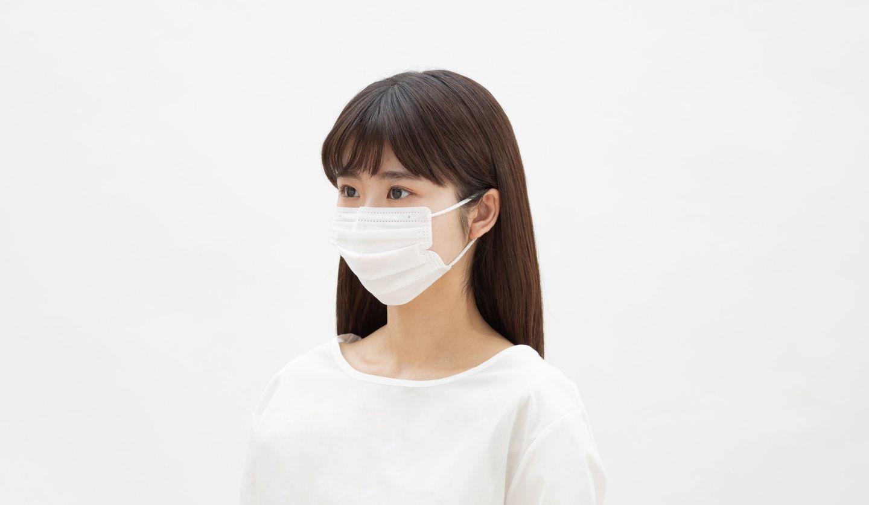マスクをつけている女性の画像