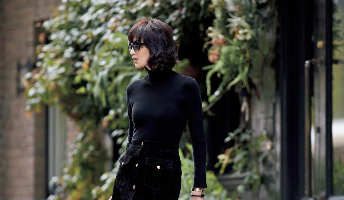 黒タートルネックニットが主役のスカートスタイルに身を包んだモデル高橋里奈さん