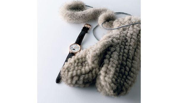 ミンクファーのグローブ×ムーンフェイズの時計がリッチな冬の手元を演出【今日のコーデ】