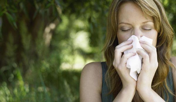 花粉症で仕事に影響が出た人は約7割!2020年の花粉対策のトレンドは「マスクにアレを付ける」だった!