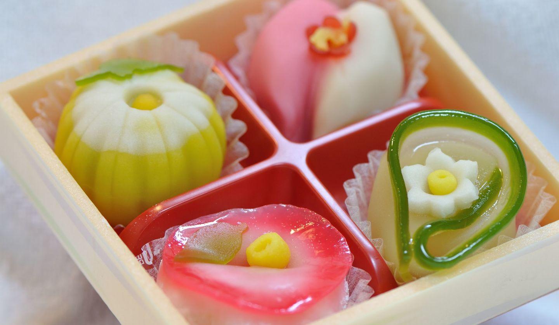 和菓子4つが並んでいるところ
