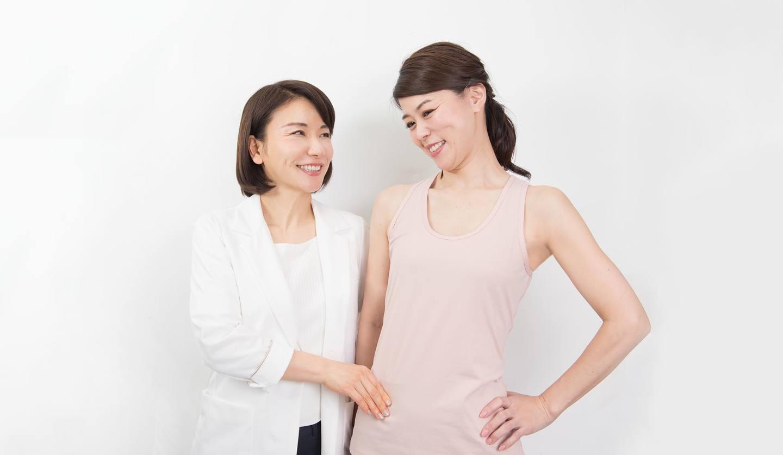 正面を向いている二人の女性 マッサージの指導をしている