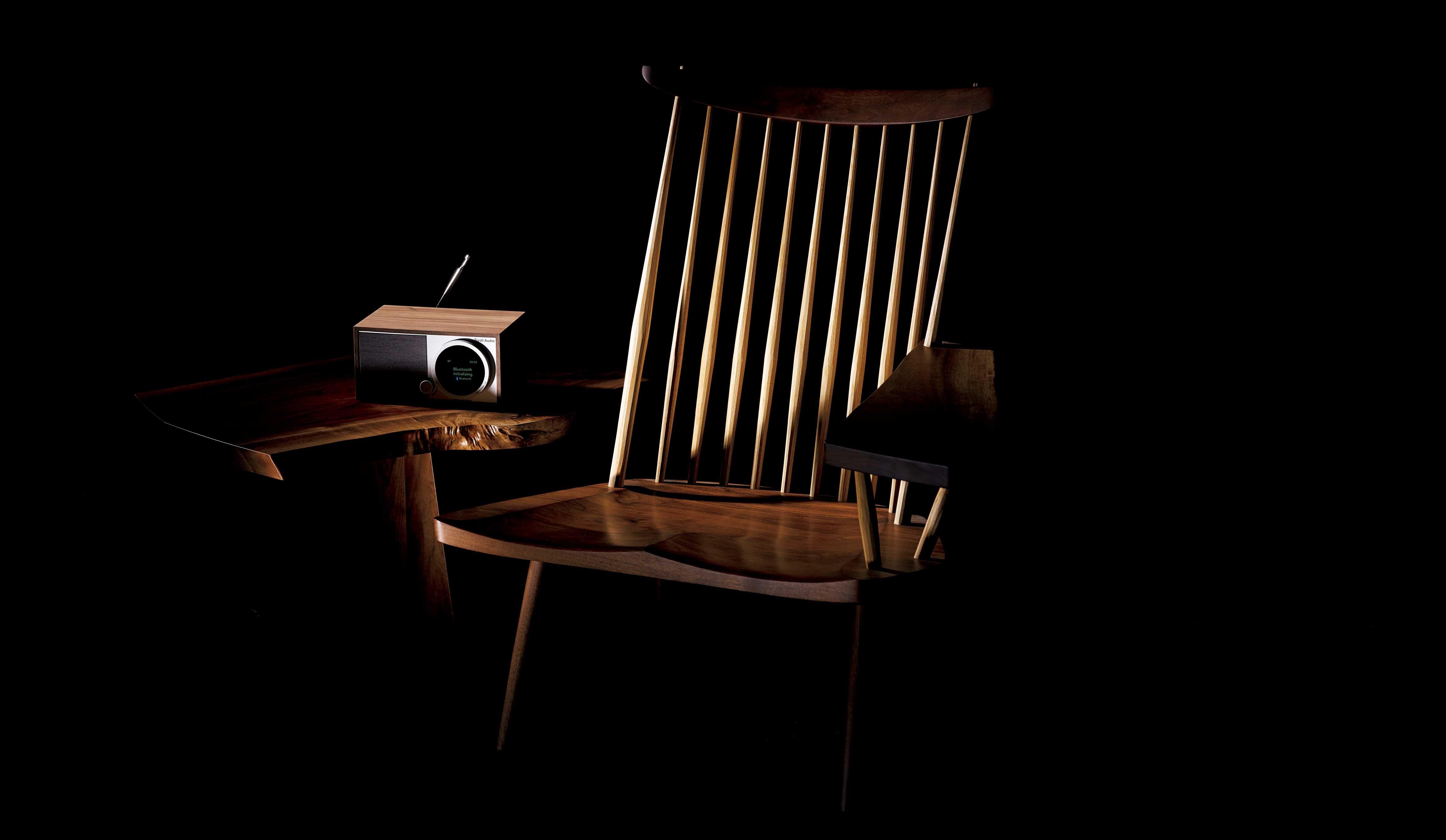 ジョージナカシマの椅子『ラウンジアーム』チボリオーディオのテーブルラジオスピーカー『モデルワン デジタル ジェネレーション2』