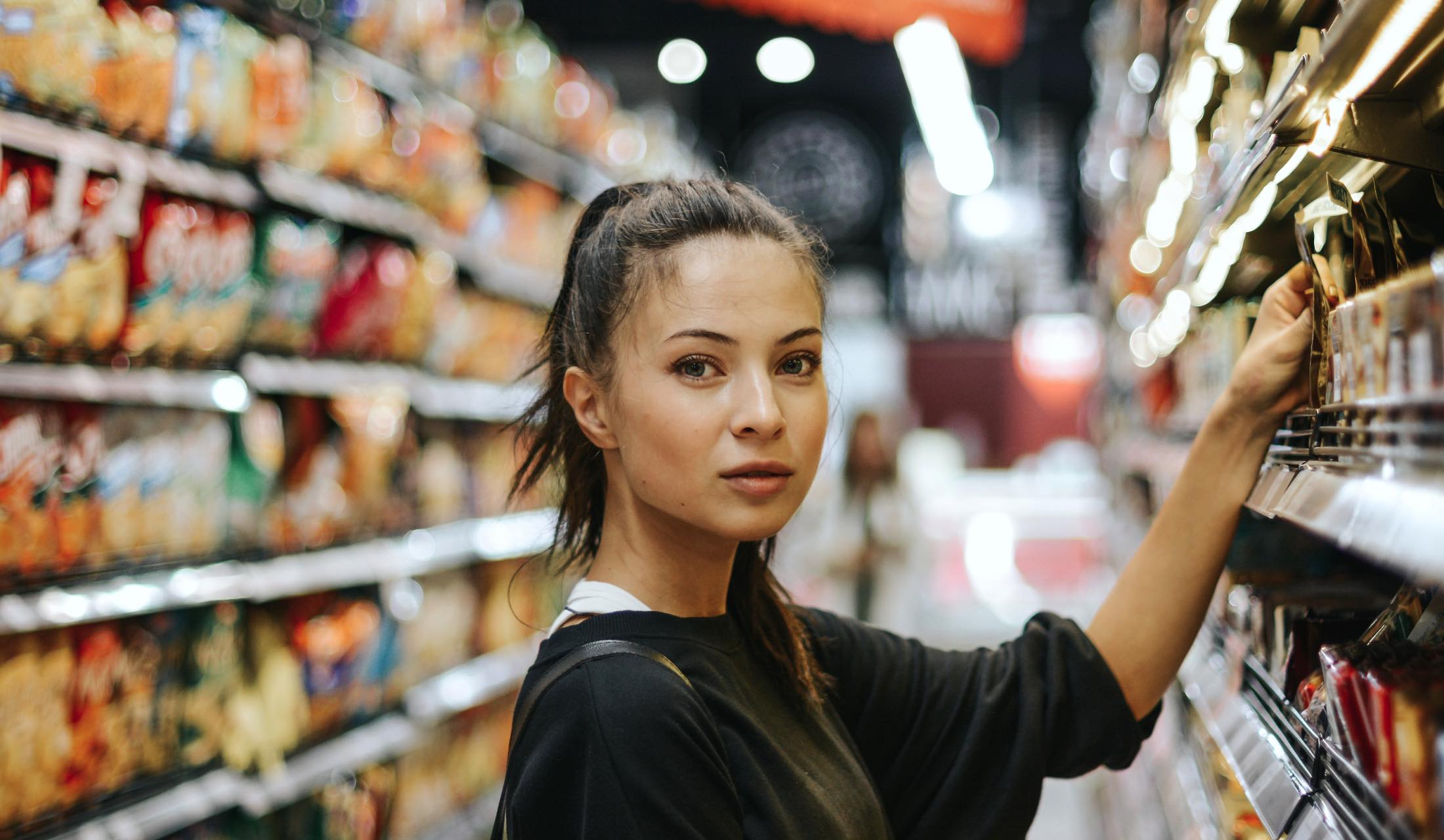スーパーマーケットの中の女性