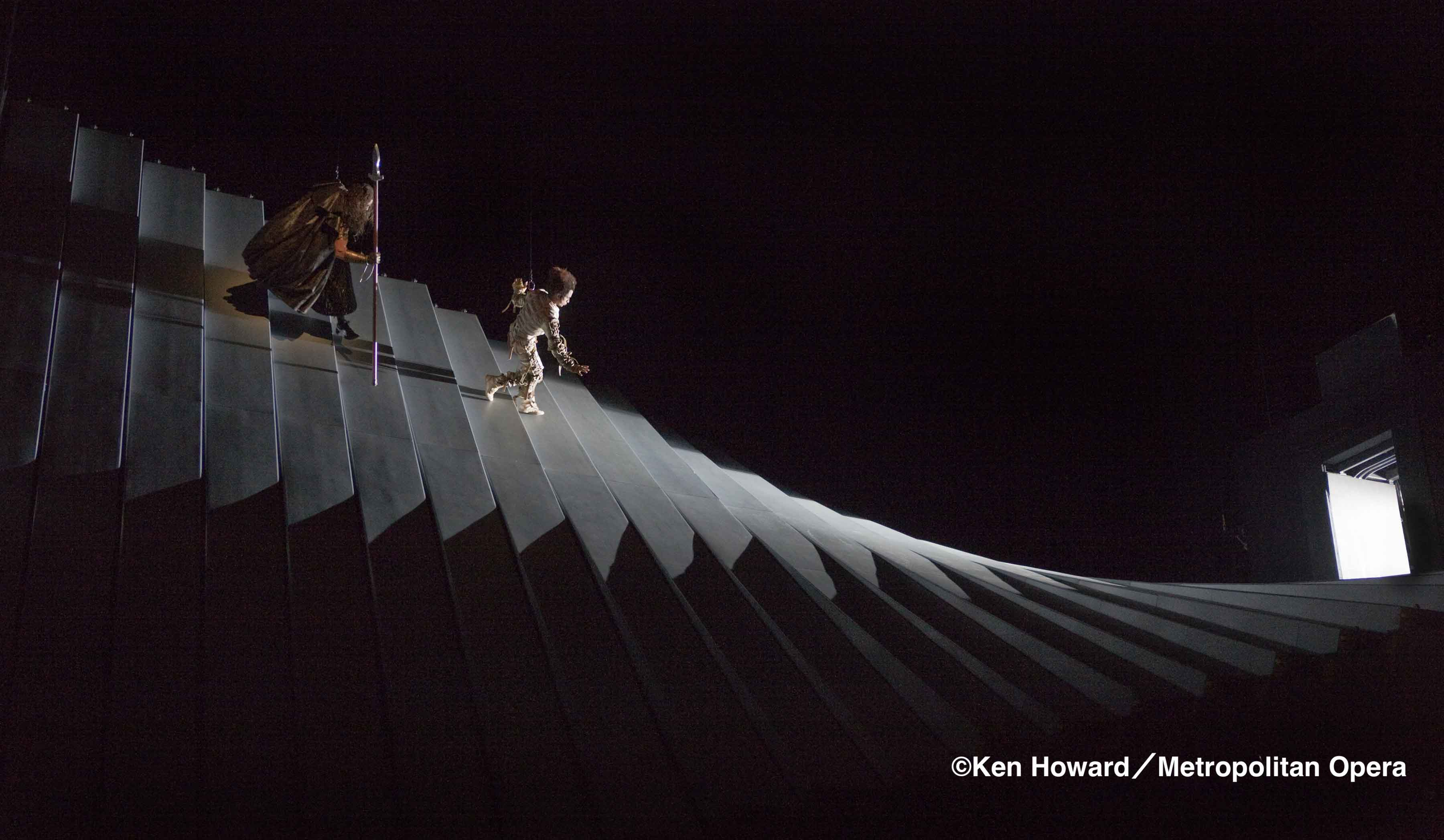 巨大装置を伝って地底世界へ《ラインの黄金》(c)Ken Howard/Metropolitan Opera