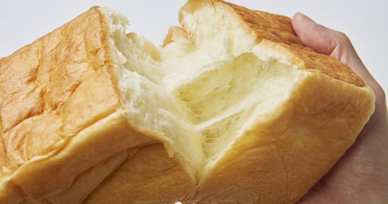 食パンをちぎっている画像