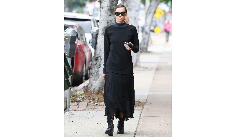 オール黒の着こなしを楽しんでいた海外セレブ、イリーナ・シェイク