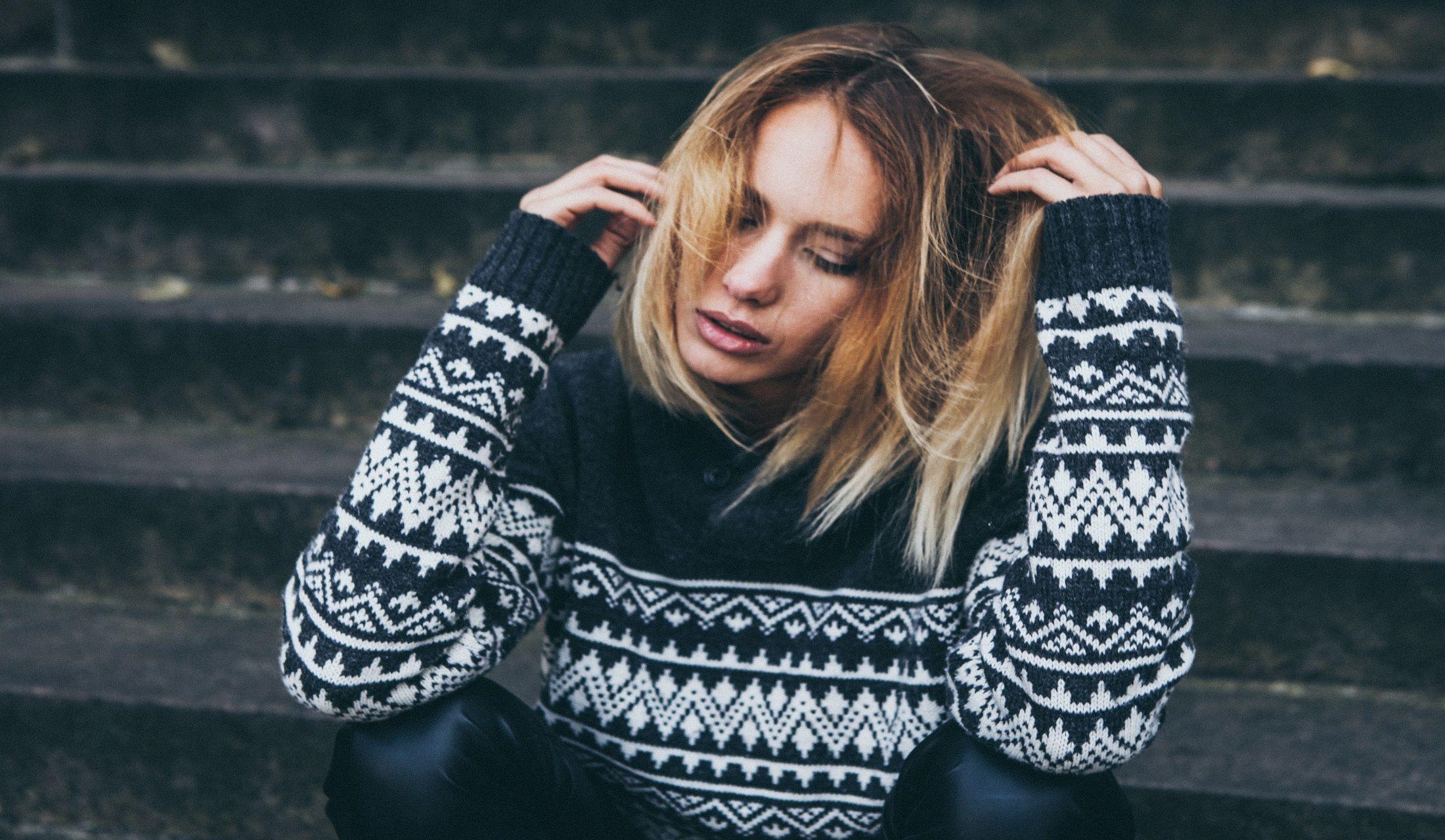 セーターを着ている女性