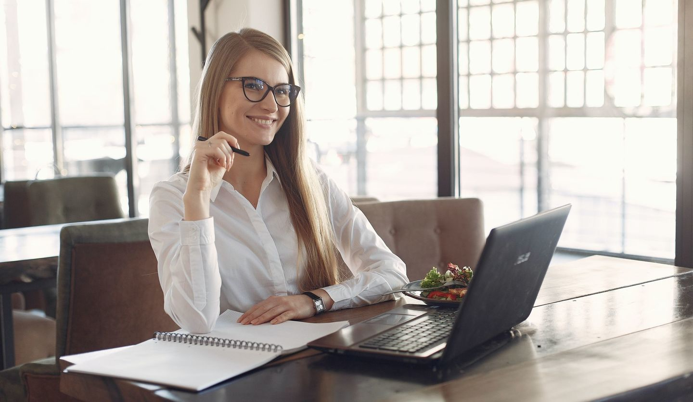 机で笑っている女性