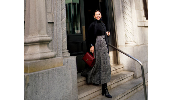 黒&グレーという定番配色で「華やかさ」を出すには!?「揺れるシルエット」のスカートが正解