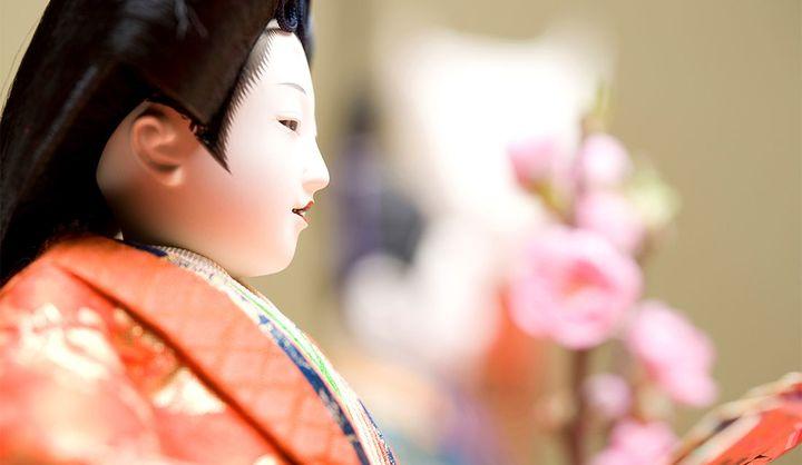 ひな祭りの由来は厄払い⁉桃の節句と呼ばれる理由や雛人形を飾る意味、ひな祭りの食べ物・行事食とは?
