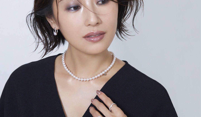 パールネックレスが美しく映える、輝きを纏ったデコルテ。