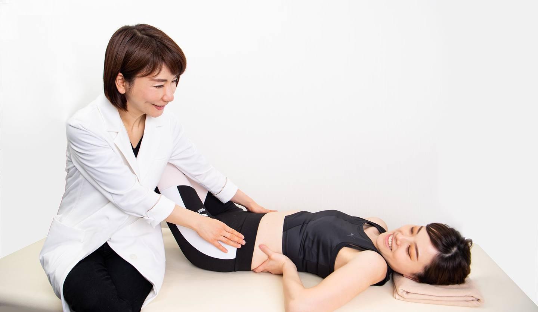 二人の女性 呼吸法の指導をしている