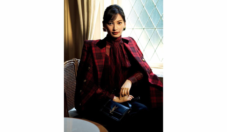Saint Laurent(サンローラン)の、秋らしいチェック柄に身を包んだコーディネートを着こなす大政 絢さん