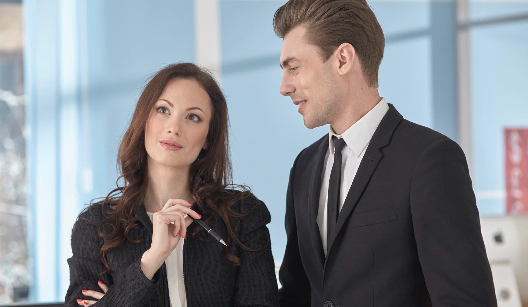 職場で会話をする男女