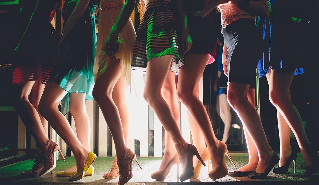 お立ち台に並ぶ女性たちの足
