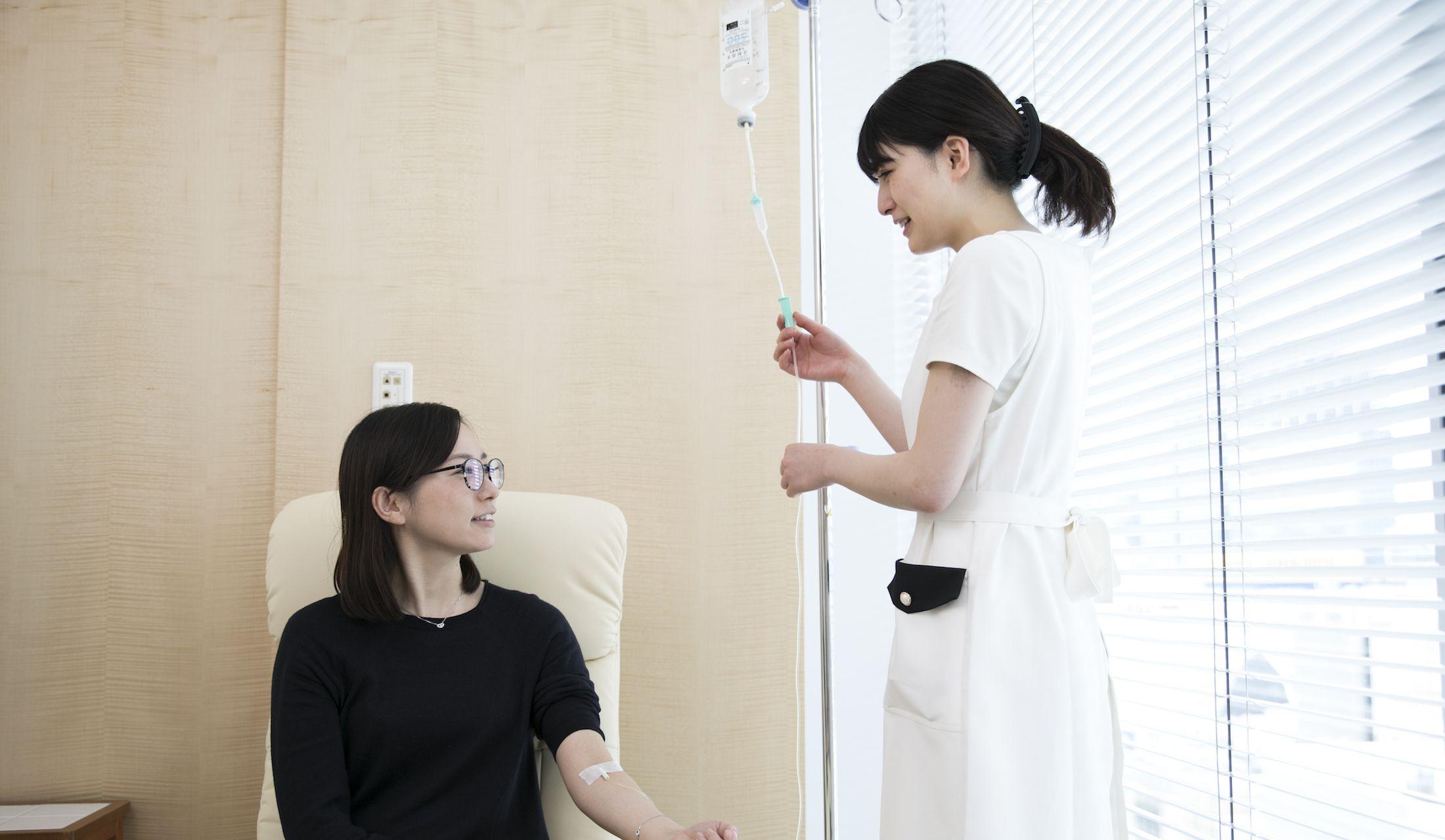 点滴を受ける患者と点滴を打つ看護師