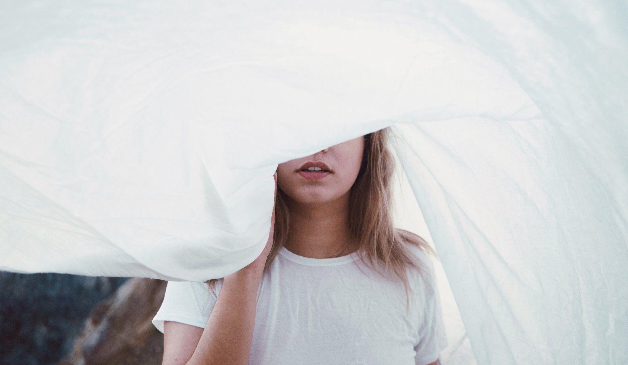 目の部分を隠した女性