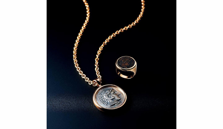 『モネーテ』リング[PG×ブロンズアンティークコイン]¥670,000・ネックレス[チェーン70cm/PG×シルバーアンティークコイン]¥2,470,000(ブルガリ ジャパン)