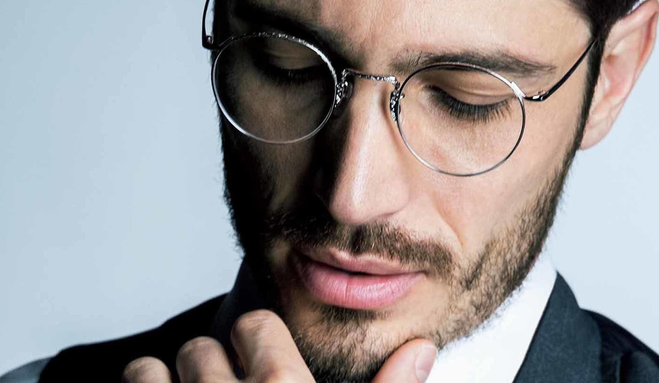 眼鏡をかけた外国人モデル