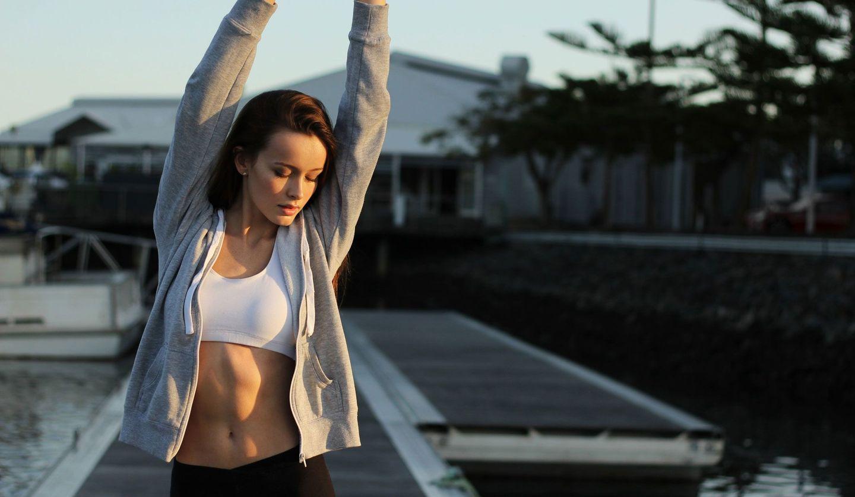 外でランニングをする女性のイメージ画像
